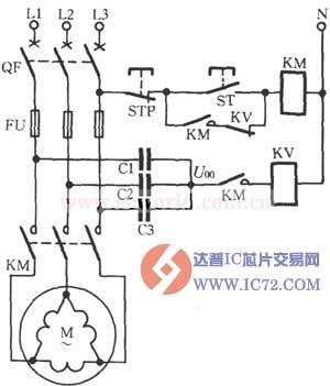 对于接法的电动机,必须做一个人为中性点,即用三个等值的电容(阻抗元件)接成Y形与电动机并联,在这个Y形的中点,接上继电器等保护元件,如图所示。电动机三相电源正常运行时,中性点电压U00一般小于10V。电动机负载运行中断相时,中性点电压U00的大小与负载有关,其变化范围为10~50V,负载愈重,电压愈高,但与电动机的容量关系不大。如选用DJ131/60CN型电压继电器(其动作电压范围为15~60V,线圈串联,长期允许电压220V),调整动作电压可整定在20~25V;如电动机负载低于50%~60%时,整定电